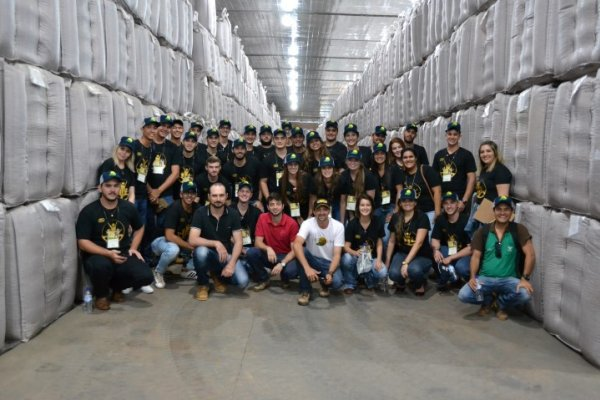 Participantes do Futuros Produtores do Brasil visitam a Agro-Sol