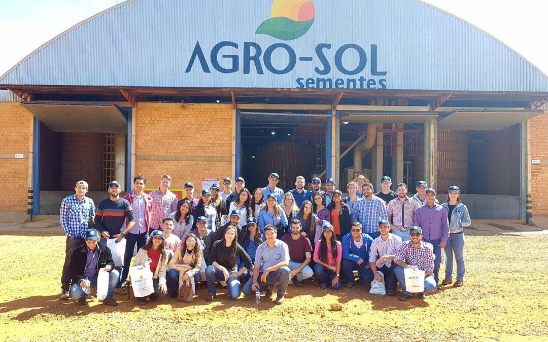 Estudantes do Univag conhecem de perto a produção de sementes de soja
